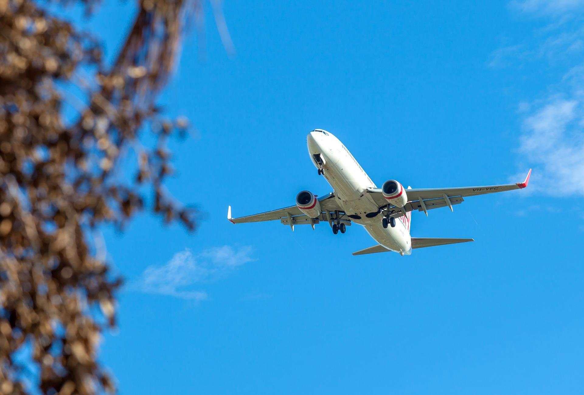 Imagem de um avião comercial decolando