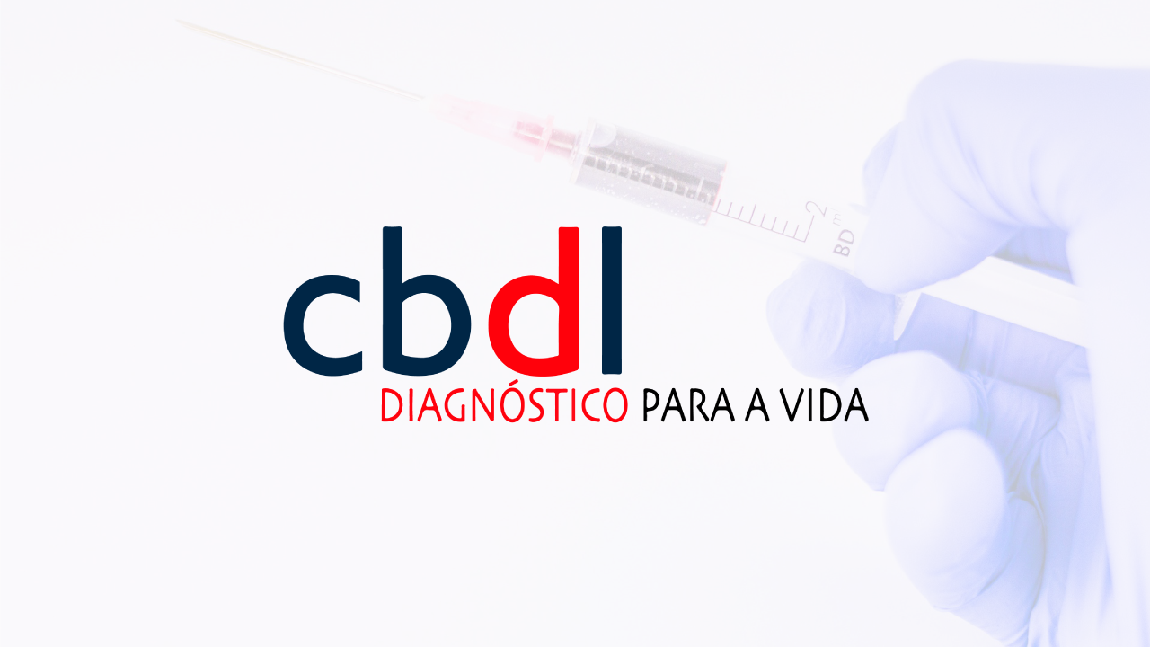 Logotipo da CBDL sob imagem de mão direita com luvas laboratoriais, segurando seringa.